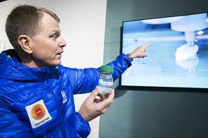 Stora Ensos Sverigechef visar ett av framtidsområdena man forskar på, ett konstgjort öra byggt i 3D-skrivare med fibermeterial i stället för plast