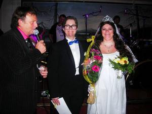 Annika Renstorp och Anki Näslund gjorde succé som det kungliga brudparet Daniel och Viktoria och tog hem första priset i Jämtkrogens påskmaskerad.