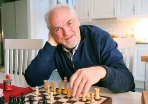 John Carlsson brinner för Schackfyran och lär barnen spela schack.