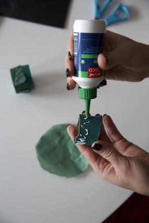 5. Klistra fast varje silkespapperscirkel över den ena öppningen och fäst längst med kanterna. Låt torka.
