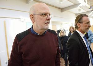 Sture Bergwall tillsammans med sin advokat Thomas Olsson i samband med förhör i förvaltningsrätten.