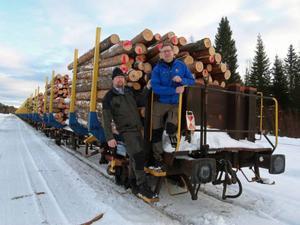 Virkesköparna Magnus Larsson och Jonas Nilsson på det andra av de tåg lastade med stormfällt timmer som nu går söderut på inlandsbanan till Mora. Ett tåg i veckan ska gå från Brånan fram till påsk - minst.