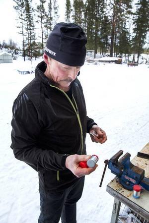 Hemma på gården i Landön kokar Rubert Simonsson egen skidvalla under egna varumärket Guruwax. Foto: Anders Lundin