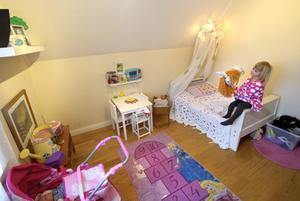 Alice har ett eget rum med snedtak.