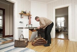 Köket på övervåningen har fått vara kvar. Här sitter paret Jonsson en stund varje kväll och pratar igenom dagen medan vedspisen sprakar.