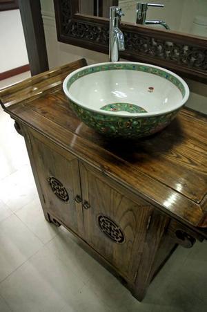 BADRUM. De kinesiska handfaten skapar kontrast till de moderna massageduscharna i badrummen.
