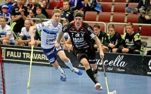 Rasmus Enström rundar målet och lägger ett fint pass. Foto: Johnny Fredborg