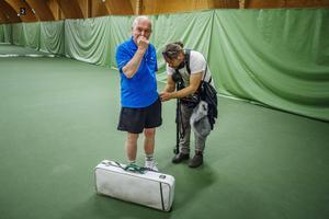 Efter några hårda bollar kunde Torsten till slut vinna ett game mot den 40 år yngre Putte Nelsson.