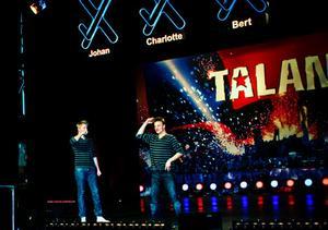 Joacim Hoffman och Alexander Söderlund utför sitt mikrofinmimsnummer på Talangscenen.