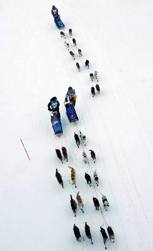 Segraren Björnar Andersen tar sig upp genom startfältet och kör om Petter Karlsson strax efter starten i Östersund.