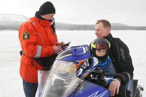 Närpolis Ulf Wedin testade nykterheten hos skoterförarna. För Tomas Zetterqvist från Bollnäs var det inga problem. Med på skoterna fanns också Melker Zetterqvist.