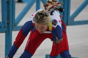 26–åriga Emelie Larsson bemästrade det tunga föret och den hårda vinden bäst för dagen. Segermarginalen till tvåan Kim Adolfsson var 25 sekunder.