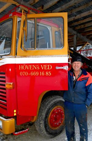 Som 12-åring körde Anders Eriksson sitt första vedlass med traktor. I dag levererar han i parti och minut med sin veteranlastbil.