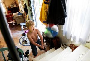 Leon trivs bra i sommarstugan. Nu är han är några dagar med mamma Lizette och pappa Peter.