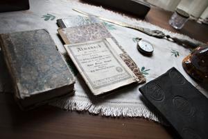 En almanacka från 1844, ett stort gammalt dalermynt och en välanvänd klocka. På Nygårds har allt sparats.