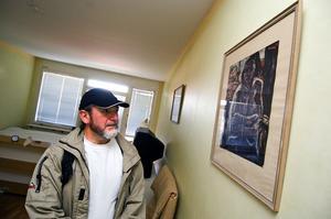 Skada. Ritt Goldstein hoppas att hans tavlor går att restaurera. Foto:Janne Eriksson