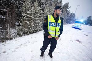 Polisassistenten Daniel Andreou konstaterade att det var mycket halt på platsen där olycksbilen skymtar inne i skogen nedanför slänten.