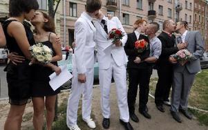 Homosexuella par utanför ett vigselförrättningskontor i S:t Petersburg, Ryssland, i slutet av juni efter att de nekats att få gifta sig. Foto: Dmitry Lovetsky
