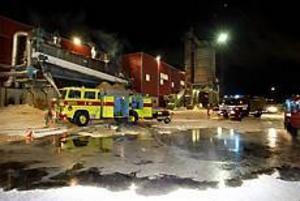 Foto: GUN WIGH Spånsugsbrand. Förutom Norrsundets industrikår deltog även räddningstjänsten i Bergby och Gävle i släckningsarbetet.