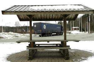 Rastplatsen parkering. I väntan på att få lossa och lasta vid Arvidmeritor står långtradarna ofta vid rastplatsen. Emellanåt är det ganska trångt där.BILD: MICHAEL LANDBERG