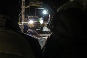 Här är det nummer 44, Bengt Abrahamsson och kartläsaren Peter Fogel från Kullings MS i en trimmad, fyrahjulsdriven Mitsubishi, som flaggas iväg för transportsträckan till de 22 kilometerna specialsträcka i I 5-skogen, som föregick den korta publiksträckan på och runt Östersundstravet.