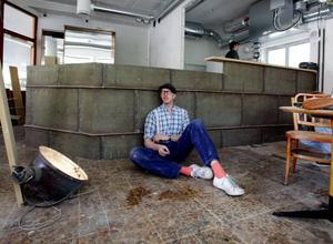 """Magnus """"känner in"""" sin bar. Kopparplåten med äkta patina har legat på taket till Sandviks huvudkontor."""