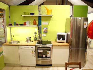 Ett energismart kök: Kyl-frys klarar de hårdaste energikraven, spisen har induktionshäll och varmluftsugn och diskmaskinen drar bara tio liter vatten per disk.