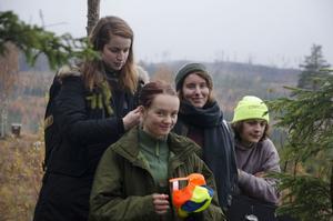 Skådespelerskan Sofia Aspholm får håret fixat av en produktionsassistent från Tyskland.