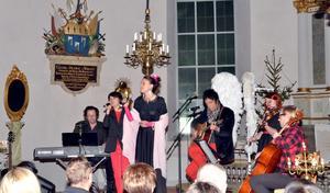 En mycket skicklig musikensemble underhöll publiken i Husby kyrka i olika konstellationer. Här är det Idde Schultz och Cecilia Bergqvist som sjunger medan Olle Nyberg, Sören