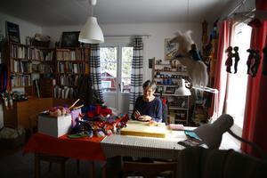 Karin Neuschütz har haft många kurser i att tova ull. Hon har en egen pysselhörna i villan hemma i Järna så att det är lätt att vara kreativ när andan faller på.