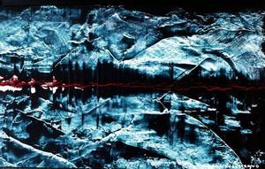 Gunvor Karlstrands sätt att hantera akrylen med spackelspaden ger överraskande och vackra effekter som är påfallande fotografiska, visas på Härke