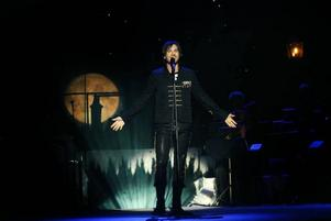 Värmande sång. Peter Jöback fick publiken i Läkerol Arena varm av julsång i går. Han är en grym sångare.