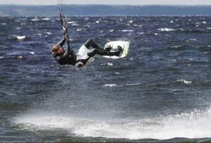 Vindbyar på 13 meter i sekunden räckte gott för att bjuda Simon Jaktlund på riktiga luftfärder över vågorna på Storsjön.