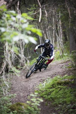 Andreas Björk på väg ner genom skogen.