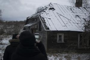 Så här ser många av husen ut i  Gaujiena i nordöstra Lettland.
