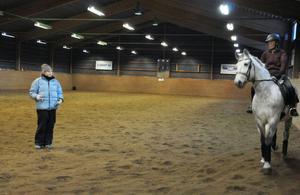 Anneli Elofsson från Östersund-Frösö ridklubb instruerar Åsa Roos hur hon ska hålla ben och armar för att hästen ska göra som hon vill.