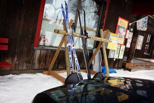 Utanför Ica Stigmyhrs parkeras bilar och längdskidor beroende på hur kunden tagit sig hit. Slalomskidor lyser med sin frånvaro i den här skidbyn, men en halvmil bort finns Ramundbergets backar.