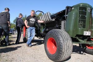 Bertil Olsson från Ljusdal samlade folk runt sin jättetraktor, som han har byggt nu i vinter. Det krävdes en lastbil för att få traktorn till Lobonäs.