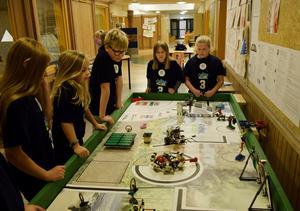 Eleverna tränar med roboten på banan de byggt inför finalen av First lego leauge i Östersund.