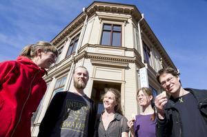 Rådhuskonditoriet tas över av föreningen Närjord. Här provsmakar föreningens Sara Lundh, Jens Öst, Karin Öst, Annika Thornton och Mikael Vallström rabarberkakor som kanske hamnar på menyn.