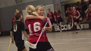 Malin Hellblad gjorde två mål. Här kramas hon om av Josefin Sternebäck (16).