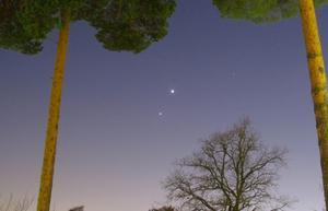 Den här vackra bilden tog jag när planeterna Jupiter och Venus stod varandra nära för någon vecka sedan. Jag använde en lång slutartid, så det blev nästan dagsljus, men väldigt effektfullt. Kamera: Canon SX 30 IS
