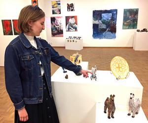 Andrea Kjellberg har upptäckt keramiken och visar sina tuffa små djurfigurer.