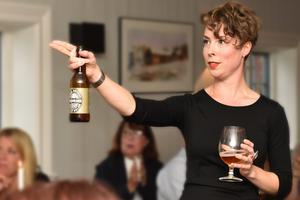 Ellinor Andersson presenterar den nya drycken.