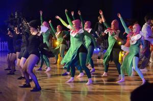 Det svängde om blommorna i trollkarlslandet Oz. Den klassiska filmen var först ut i dansstudions Hollywoodtema vid söndagens show.Foto: Jan Wijk