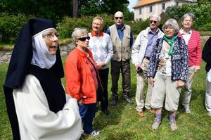 Wivianne Högman guidar en grupp från Kvistbro Mullhyttans SPF i Riseberga kloster.