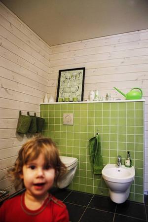 En del tror att det är ett är ett litet handfat till Fiamma, det vi ser till höger bakom henne här på bilden, men eftersom pappa Daniele är från Italien var det självklart att ha en bidé i badrummet.