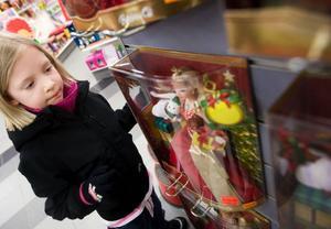 """Alva Håberg, 6 år, leker med sina Barbie-dockor nästan varje dag. """"Jag har tre stycken"""", berättar hon."""