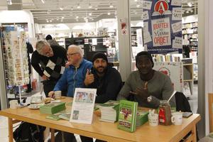 Thord-Eric Nilsson i blått till vänster tillsammans med landslagsspelarna Saman Ghoddos och Ken Sema.
