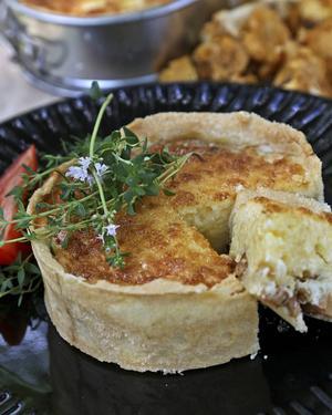 Små portionspajer med kantarellfyllning är läckra att servera, som ensamrätt eller till de stundande kräftorna.